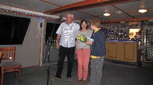 Жанна и Олег Борушко награждают победительницу Татьяну Юфит